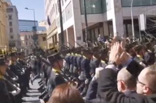 """ΒΙΝΤΕΟ: Αποθέωση για την Σχολή Ευελπίδων, που παρέλασε στην Αθήνα τραγουδώντας το """"Μακεδονία Ξακουστή"""""""