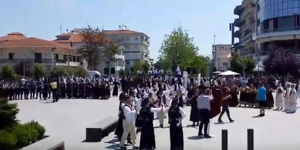 ΒΙΝΤΕΟ: Γέμισε χορούς και τραγούδια από Ηπειρώτικα συγκροτήματα η κεντρική πλατεία Ορεστιάδας