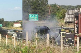 ΒΙΝΤΕΟ: Στις φλόγες τυλίχθηκε αυτοκίνητο στην Εγνατία οδό στο ύψος γέφυρας της Παλαγίας (φωτό)