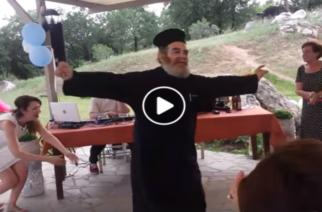 """ΒΙΝΤΕΟ: Ο ιερέας που έγινε viral χορεύoντας το ζεϊμπέκικο """"εδώ παπάς-εκεί παπάς"""""""