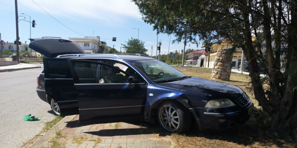 Άγρια καταδίωξη μέσα στις Φέρες, αυτοκινήτου που μετέφερε λαθρομετανάστες – Σταμάτησε φεύγοντας απ' τον δρόμο (φωτό)