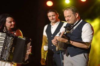 ΒΙΝΤΕΟ: Ο Διοικητής Ασφαλείας Αλεξανδρούπολης Περικλής Γκουλιάμας, παίζει μπουζούκι και αποθεώνεται στην συναυλία της Ζωής Τηγανούρια