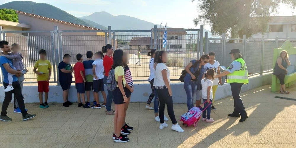 Ενημερωτικά φυλλάδια μοίρασαν αστυνομικοί σε γονείς και μαθητές δημοτικών σχολείων στην Περιφέρεια ΑΜ-Θ