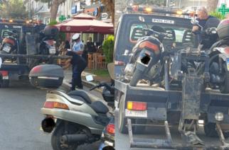 """Αλεξανδρούπολη: Εξόρμηση με γερανούς της Τροχαίας, που """"μάζεψε"""" παράνομα σταθμευμένα δίκυκλα και αυτοκίνητα"""