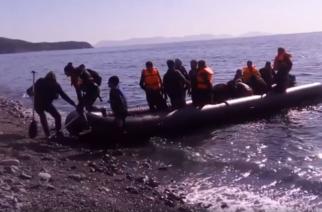 Video: Λαθρομετανάστες φτάνουν ανενόχλητοι πριν από λίγο στην Σαμοθράκη – Ήρθαν οι… τουρίστες