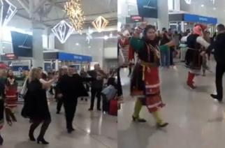 "Video: Ο Εβρίτης παρουσιαστής του ""Τροχού της Τύχης"" Πέτρος Πολυχρονίδης, χορεύει θρακιώτικα με συμπατριώτες του"