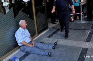 Το κλάμα Έλληνα συνταξιούχου έξω από τράπεζα επί ΣΥΡΙΖΑ, στις φωτογραφίες της 10ετίας του Economist