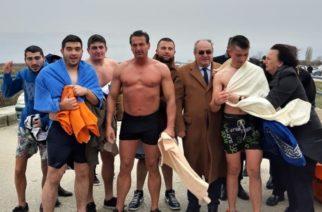 Φέρες: Ο Αντιδήμαρχος με παλτό, το… κομάντο δημοτικός σύμβουλος γυμνός έπεσε για τον σταυρό (Video+φωτό)