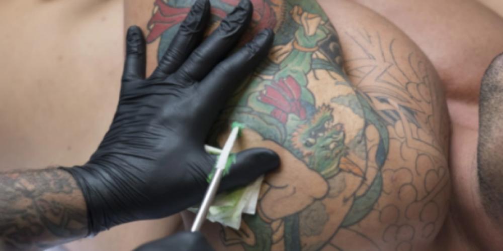 """Δεν του """"χτύπησαν"""" τατουάζ χειροπέδες, αλλά του τις έβαλαν οι αστυνομικοί για παράνομο """"τατουατζίδικο"""""""