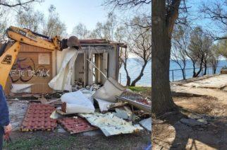 Αλεξανδρούπολη: Κατεδαφίστηκε το βρώμικο κτίριο τουαλετών, στο πάρκο της παραλιακής (φωτορεπορτάζ)