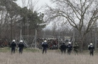 Clashes between asylum seekers and Greek riot police at the buffer zone in Kastanies, Evros, at the Greek-Turkish borders and Evros River, on Mar. 4, 2020. The turkish government decided to give free passage to the refugees and migrants in order to reach Europe through Greece. / Επεισόδια μεταξύ προσφύγων και μεταναστών με την αστυνομία στην γκρίζα ζώνη στις Καστανιές Έβρου, στη συνοριογραμμή Ελλάδας-Τουρκίας, μετά την απόφαση της Τουρκικής Κυβέρνησης να μην σταματάει τις προσφυγικές ροές απο το να περάσουν στην Ευρώπη, Ελλάδα, 4 Μαρτίου 2020.