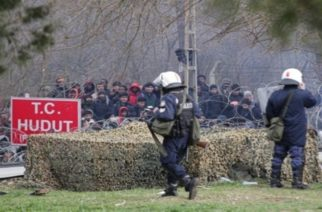 Refugees and migrants are gathered at the buffer zone in Kastanies, Evros, at the Greek-Turkish borders and Evros River, on Feb. 29, 2020. The turkish government decided to give free passage to the refugees and migrants in order to reach Europe through Greece. / Πρόσφυγες και μετανάστες βρίσκονται συγκεντρωμένοι στην γκρίζα ζώνη στις Καστανιές Έβρου, στη συνοριογραμμή Ελλάδας-Τουρκίας, μετά την απόφαση της Τουρκικής Κυβέρνησης να μην σταματάει τις προσφυγικές ροές απο το να περάσουν στην Ευρώπη, Ελλάδα, 29 Φεβρουαρίου 2020.