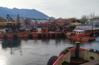 Έφτασε ο πλωτός γερανός στη Σαμοθράκη – Ξεκινούν Τρίτη τα έργα στο λιμάνι Καμαριώτισσας