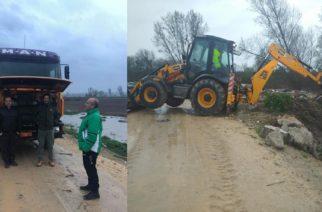 Διδυμότειχο: Ο πρωτότυπος τρόπος του δημάρχου Ρ.Χατζηγιάννογλου να προστατευθεί, επιβλέποντας τις εργασίες μέσα στη βροχή