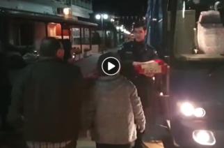 Καστανιές: Τσουρέκια και αβγά στους αστυνομικούς των συνόρων πρόσφεραν οι κάτοικοι (ΒΙΝΤΕΟ)