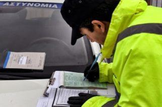 Αστυνομικοί επιδίδουν πρόστιμο σε πολίτες στο κέντρο της Κορίνθου, για μη τήρηση των μέτρων που έχουν ληφθεί για την απαγόρευση της κυκλοφορίας με σκοπό την αποφυγή μετάδοσης του κορονοϊού, Παρασκευή 03 Απριλίου 2020. ΑΠΕ-ΜΠΕ/ΑΠΕ-ΜΠΕ/ΒΑΣΙΛΗΣ ΨΩΜΑΣ