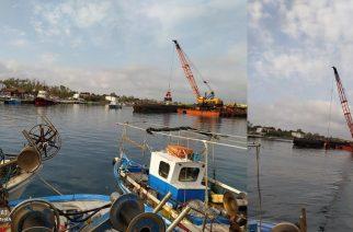 Σαμοθράκη: Συνεχίζονται εντατικά οι εργασίες καθαρισμού του λιμανιού Καμαριώτισσας από πλωτό γερανό