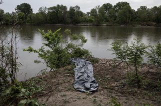 A damaged inflatable boat used by refugees and migrants to cross Evros river, the natural border between Greece - Turkey, on the Greek bank, on 7 May 2018. According to police figures, 3,986 people were caught illegally crossing the northeastern border in the Evros region in April, compared to 1,658 in March and 586 in February. In April 2017, the number stood at 327 people crossing the Greek-Turkish land border. / Μια ξεφούσκωτη πλαστική βάρκα που χρησιμποιήθηκε από πρόσφυγες και μετανάστες για να διασχίσουν τον ποταμό Έβρο, φυσικό σύνορο μεταξύ Ελλάδας - Τουρκίας, 7 Μαΐου 2018. Σύμφωνα με στοιχεία της αστυνομίας, 3.986 άνθρωποι συνελήφθησαν για παράνομη διέλευση στα βορειοανατολικά σύνορα στην περιοχή του Έβρου τον Απρίλιο, έναντι 1.658 τον Μάρτιο και 586 τον Φεβρουάριο. Τον Απρίλιο του 2017, ο αριθμός τους ανερχόταν σε 327 άτομα.