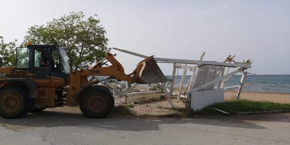 Αλεξανδρούπολη: Μπουλντόζες με εντολή του δημάρχου Γιάννη Ζαμπούκη γκρέμισαν επικίνδυνη κατασκευή στη Μάκρη