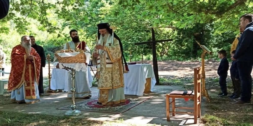 Υπαίθρια Θεία Λειτουργία στο σπήλαιο Αγίων Θεοδώρων Άβαντα Αλεξανδρούπολης (φωτορεπορτάζ)