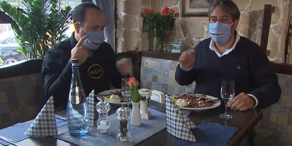 Φοβερή πατέντα Έλληνα εστιάτορα της Γερμανίας. Έβαλε φερμουάρ στην μάσκα για διευκόλυνση πελατών (ΒΙΝΤΕΟ)