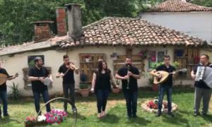 """ΒΙΝΤΕΟ: Το μουσικό σχήμα της οικογένειας Κουρούδη, υποδέχεται το καλοκαίρι με το """"Φέτος το καλοκαιράκι"""""""