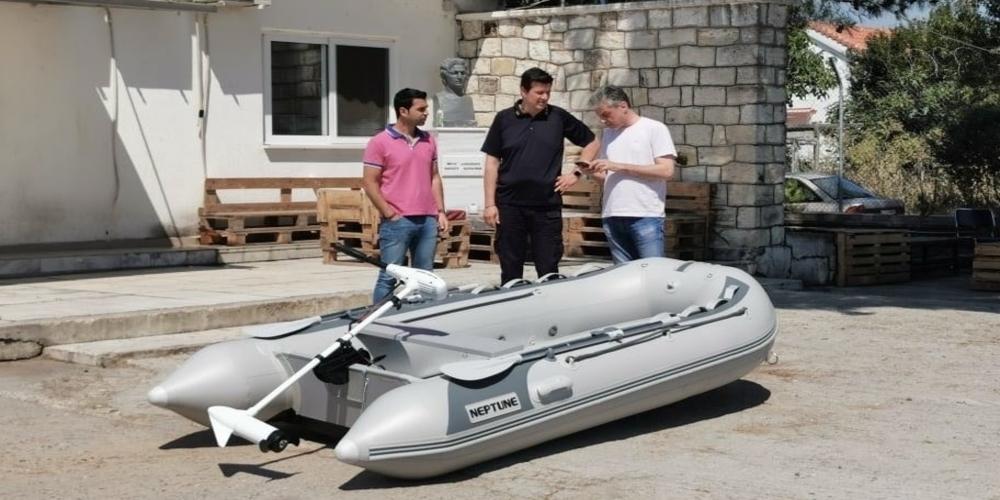 Ορεστιάδα: Μια εξωλέμβια βάρκα, δωρεά Κύπριου, παρέδωσε στο Τμήμα Συνοριοφυλάκων Χειμωνίου, ο δήμαρχος Βασίλης Μαυρίδης