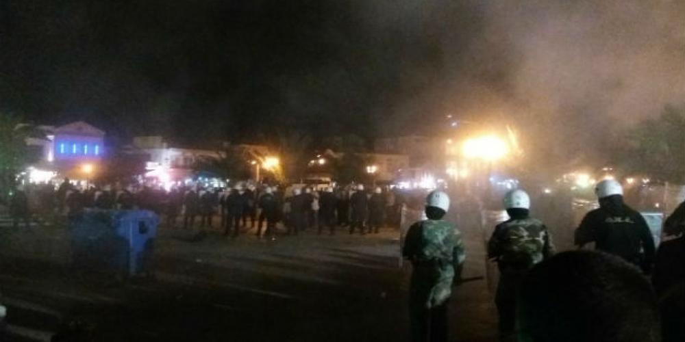 Άγριες συμπλοκές ΜΑΤ-νεαρών και μαχαίρωμα αστυνομικού τα ξημερώματα, στην πλατεία Ορεστιάδας!!!