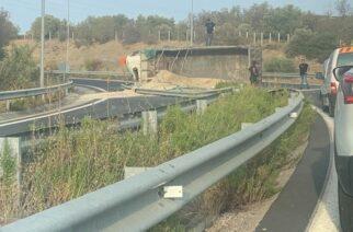 Αλεξανδρούπολη: Τροχαίο στον κόμβο Μάκρης της Εγνατίας Οδού – Φορτωμένο φορτηγό έσπασε τις προστατευτικές μπάρες