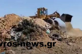 Αποκαλυπτικά ΒΙΝΤΕΟ: Μηχανήματα του δήμου Ορεστιάδας σκεπάζουν στην παράνομη χωματερή του, επικίνδυνα κουτιά φυτοφαρμάκων