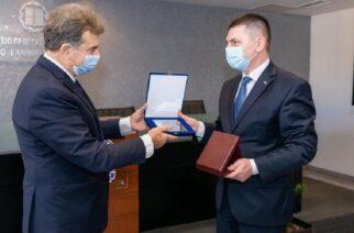 (Ξένη δημοσίευση) Ο υπουργός Προστασίας του Πολίτη Μιχάλης Χρυσοχοϊδης (Α) συναντήθηκε με τον Βούλγαρο Υπουργό Εσωτερικών HristoTerziyski (Δ), την Παρασκευή 2 Οκτωβρίου 2020, στο Υπουργείο. Αντικείμενο της συνάντησης ήταν η αντιμετώπιση των παράνομων μεταναστευτικών ροών, ο χειρισμός της πανδημίας στα σύνορα και η καταπολέμηση του οργανωμένου εγκλήματος. ΑΠΕ ΜΠΕ/ΥΠΟΥΡΓΕΙΟ ΠΡΟΣΤΑΣΙΑΣ ΤΟΥ ΠΟΛΙΤΗ/STR
