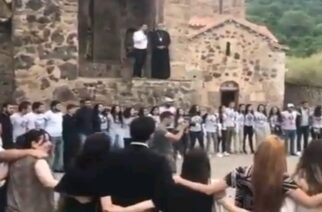 Ναγκόρνο Καραμπάχ: Αρμένιοι αποχαιρετούν τις εκκλησίες τους πριν ξεριζωθούν (ΒΙΝΤΕΟ)