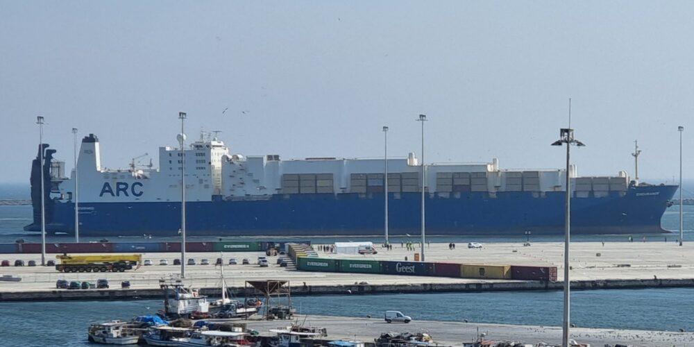 """Αλεξανδρούπολη ΤΩΡΑ: Μπήκε στο λιμάνι το """"θηριώδες"""" ENDURANCE – Άρχίζει να ξεφορτώνει ελικόπτερα, άρματα"""