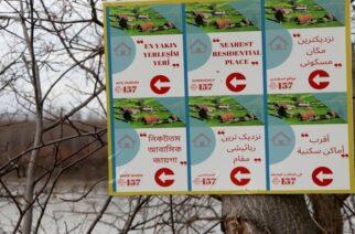 Έβρος: Οι Τούρκοι με πινακίδες σε 6 γλώσσες στα ελληνοτουρκικά σύνορα, καθοδηγούν τους λαθρομετανάστες