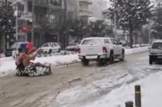 Φοβερό ΒΙΝΤΕΟ: Γυμνοί κάνουν σκι σήμερα στην χιονισμένη Ορεστιάδα