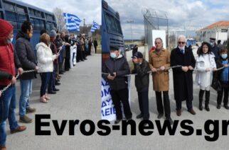 Ορεστιάδα: Αλυσοδέθηκαν και… έσπασαν αλυσίδες έξω απ' το ΚΥΤ Φυλακίου, διαμαρτυρόμενοι για την επέκταση (ΒΙΝΤΕΟ)