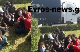 Διδυμότειχο: Βόλτα στην πόλη οι λαθρομετανάστες – Πάνω από 20… λιάζονται στο ΚΤΕΛ