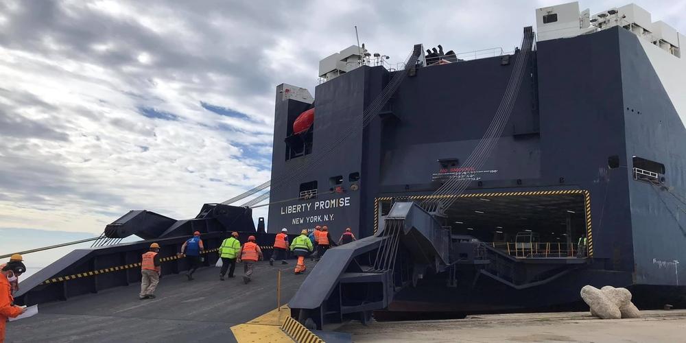 """Αλεξανδρούπολη: Μπήκε και """"έδεσε"""" στο λιμάνι το αμερικανικό 'LIBERTY Promise"""" – Ξεφορτώνει ελικόπτερα, οχήματα"""