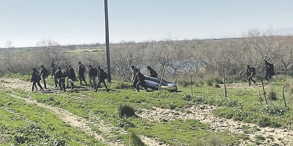 Έβρος: Συνέλαβαν τρεις διακινητές, που πέρασαν με βάρκα λαθρομετανάστες από την Τουρκία