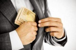 Του απέσπασε 3.070 ευρώ, υποσχόμενος αύξηση της σύνταξης και εύρεση δουλειάς στον γιο του