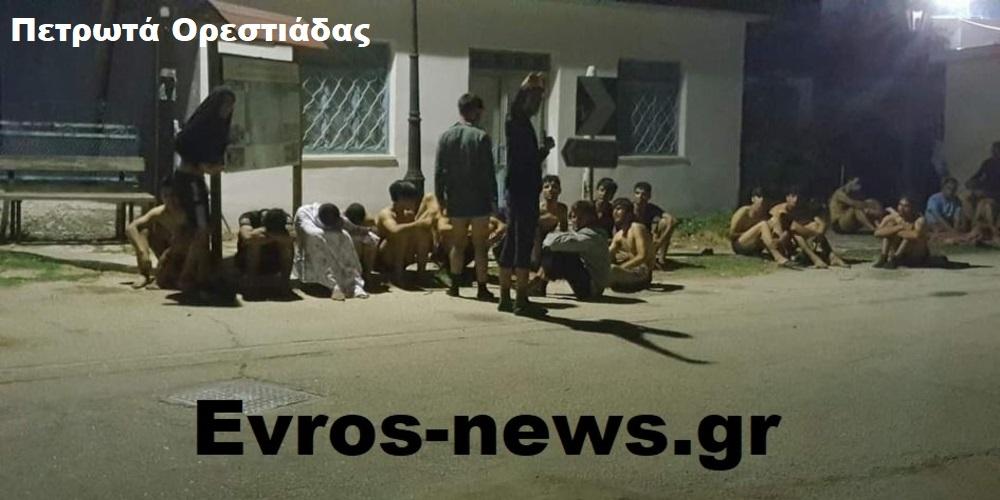 Δεκάδες λαθρομετανάστες στην πλατεία των Πετρωτών Ορεστιάδας χθες βράδυ – Έντονη ανησυχία στους κατοίκους
